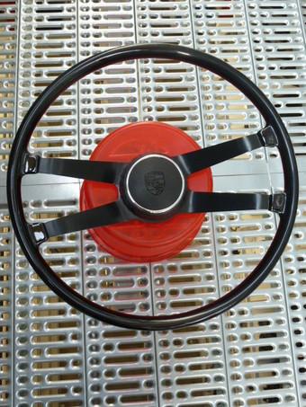STUUR 42 CM BAKELIET 911 65-67 MET RONDE CLAXONKNOP